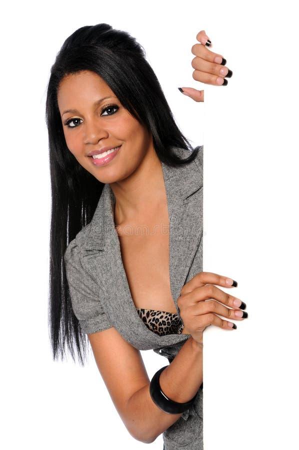 Mulher que prende o sinal em branco fotografia de stock