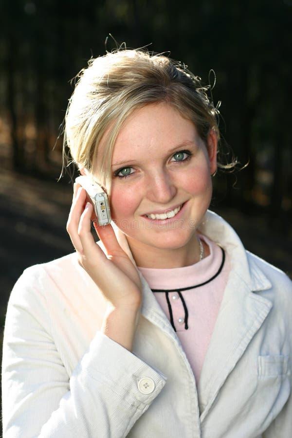 Mulher Que Prende O Telefone Móvel Imagem de Stock