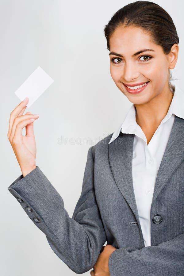 Mulher que prende um cartão fotografia de stock royalty free