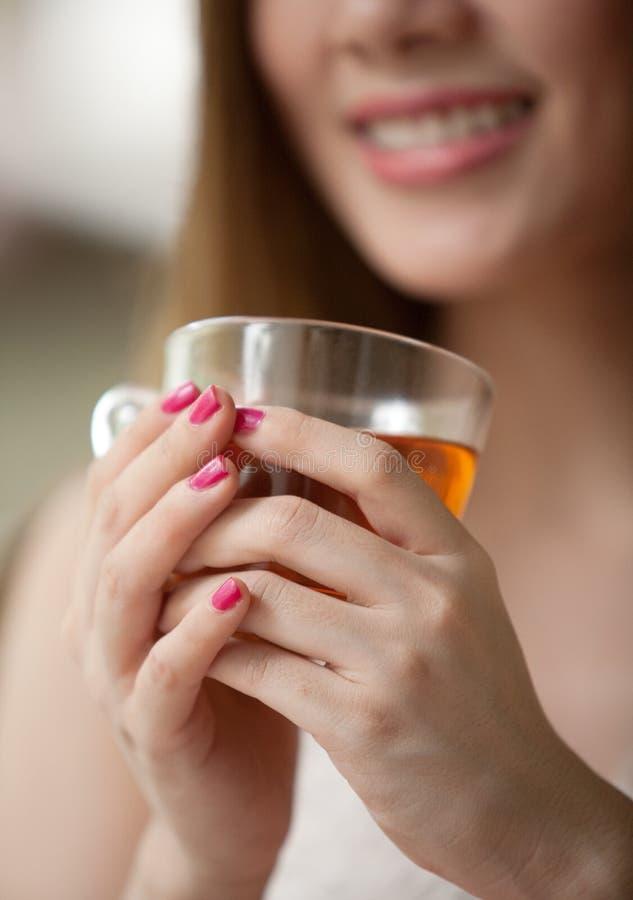 Mulher que prende um copo do ch? fotografia de stock