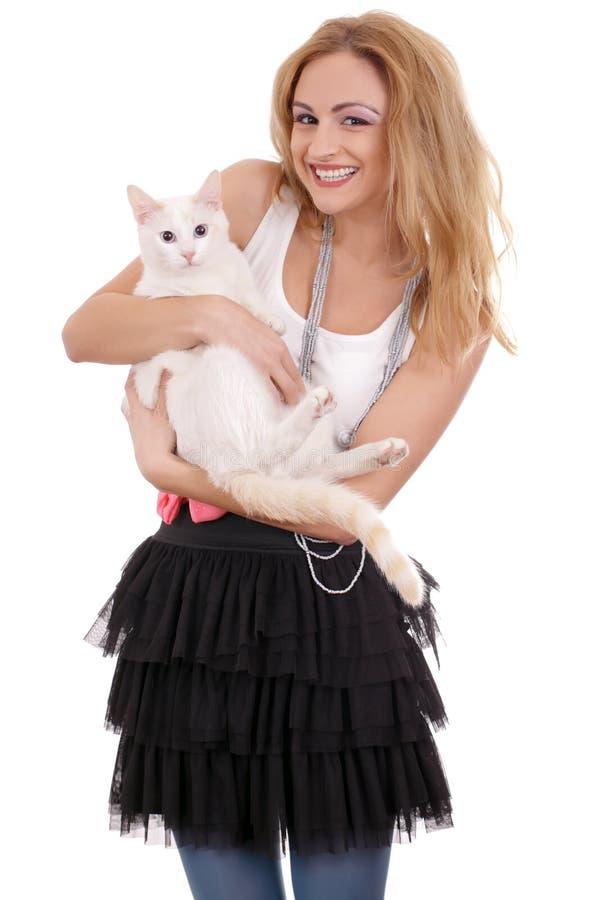 Mulher que prende um gato foto de stock royalty free