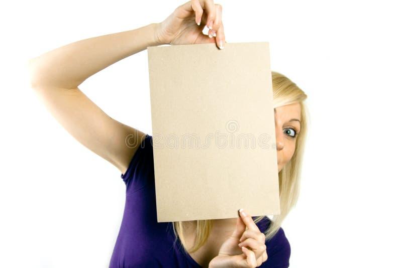 Mulher que prende um notecard em branco imagem de stock royalty free