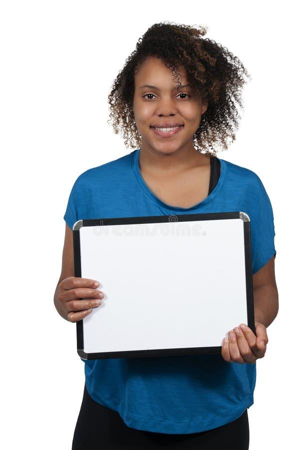 Mulher que prende um sinal em branco imagem de stock royalty free