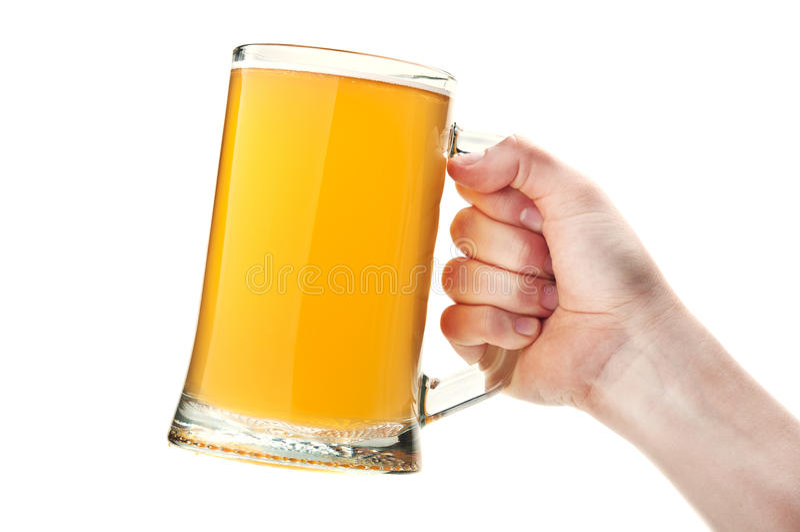 Mulher que prende um vidro da cerveja fotografia de stock