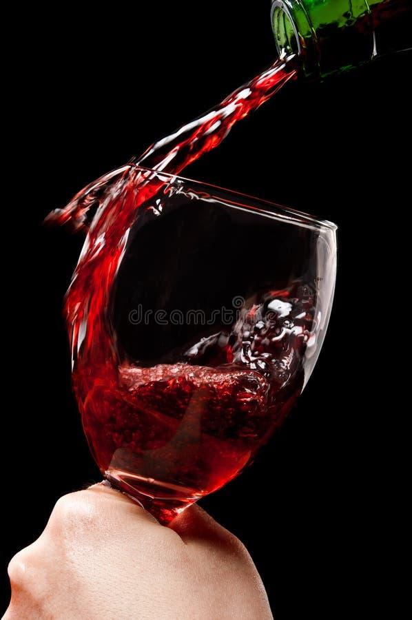 Mulher que prende um vidro do vinho vermelho foto de stock
