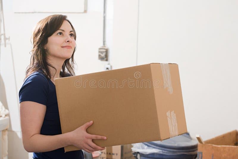 Mulher que prende uma caixa de cartão imagem de stock