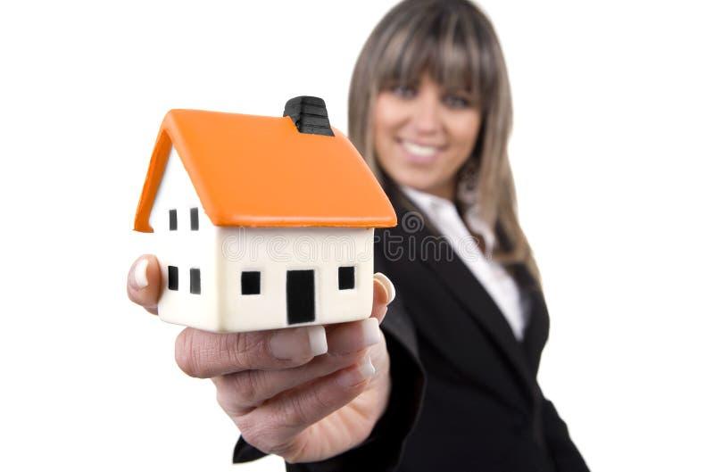 Mulher que prende uma casa pequena imagens de stock royalty free