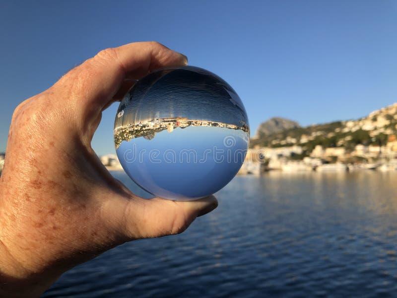 Mulher que prende uma esfera de cristal imagens de stock