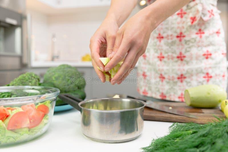 Mulher que prepara o alimento delicioso e saudável na cozinha da casa Conceito da dieta saud?vel foto de stock