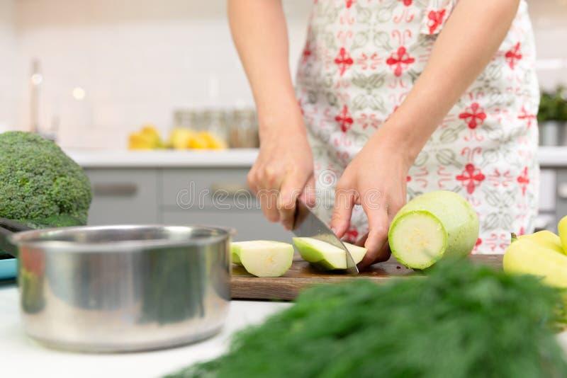 Mulher que prepara o alimento delicioso e saudável na cozinha da casa Conceito da dieta saud?vel fotografia de stock royalty free