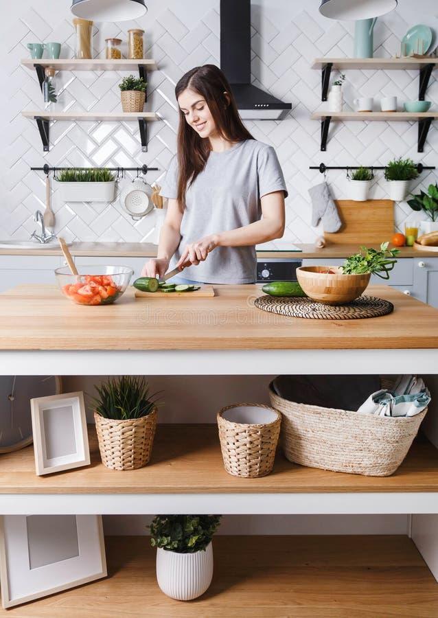 Mulher que prepara a salada imagem de stock