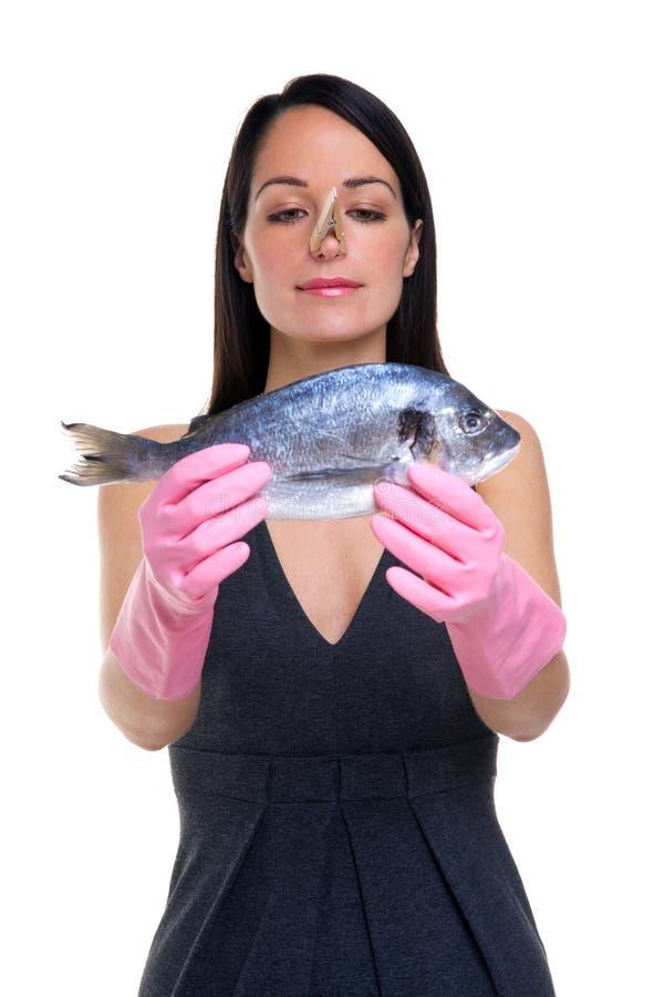 Mulher que prepara-se para cozinhar peixes fotografia de stock