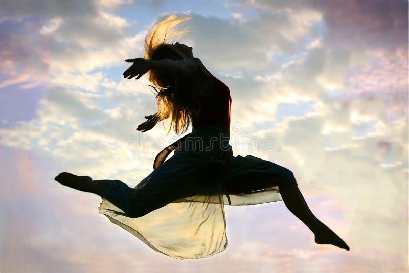 Mulher que pula através do ar imagens de stock royalty free