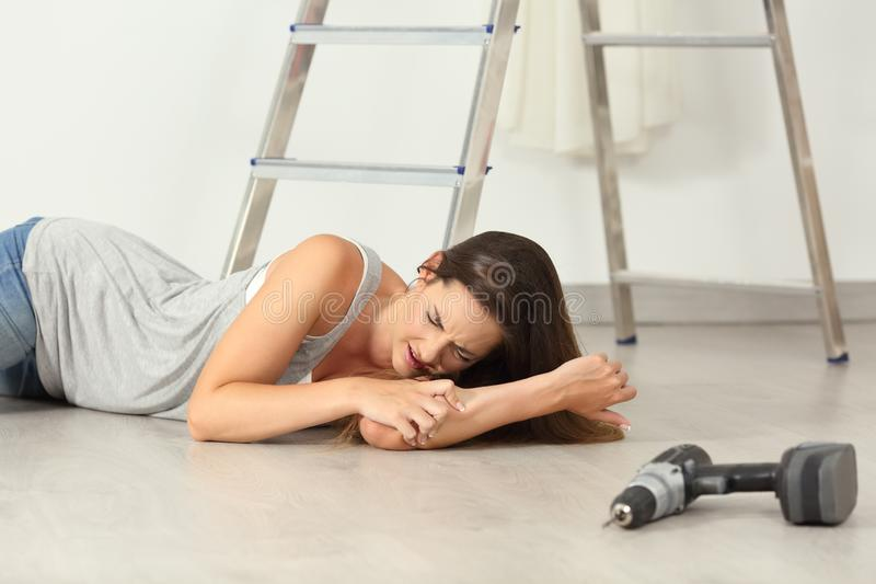 Mulher que queixa-se após o acidente doméstico em casa fotos de stock royalty free