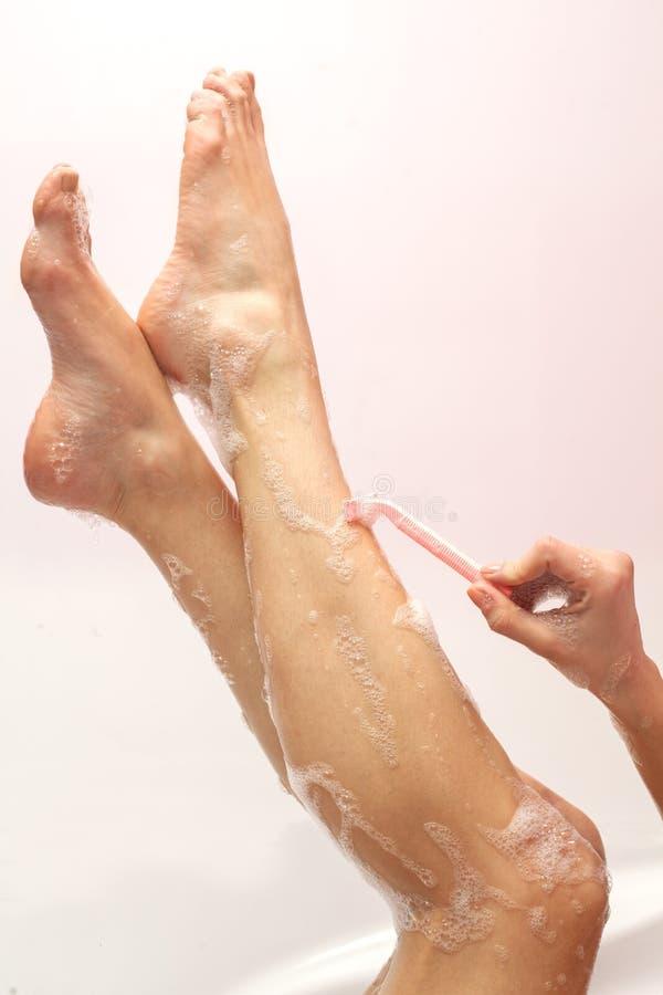 Mulher que raspa seus pés fotos de stock