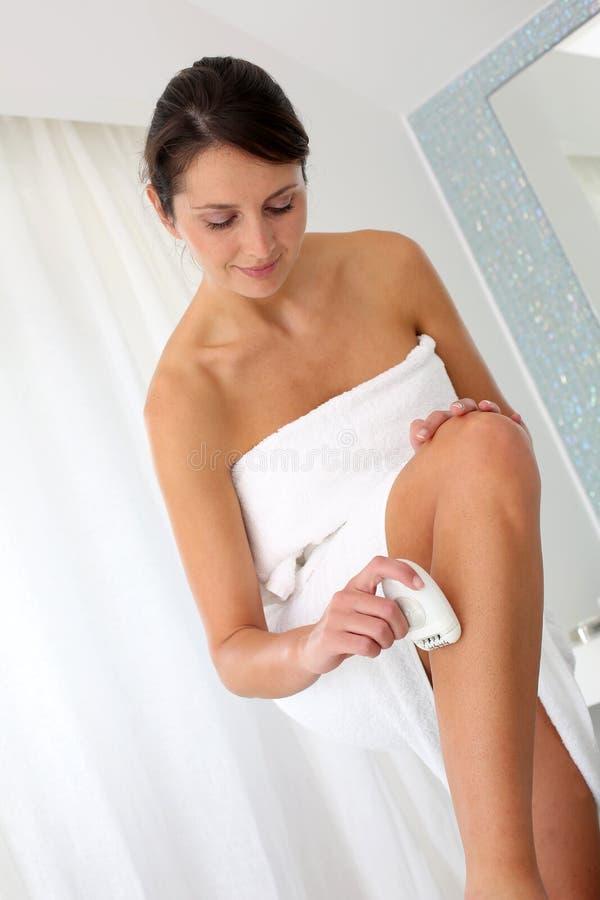 Mulher que raspa seus pés imagens de stock royalty free