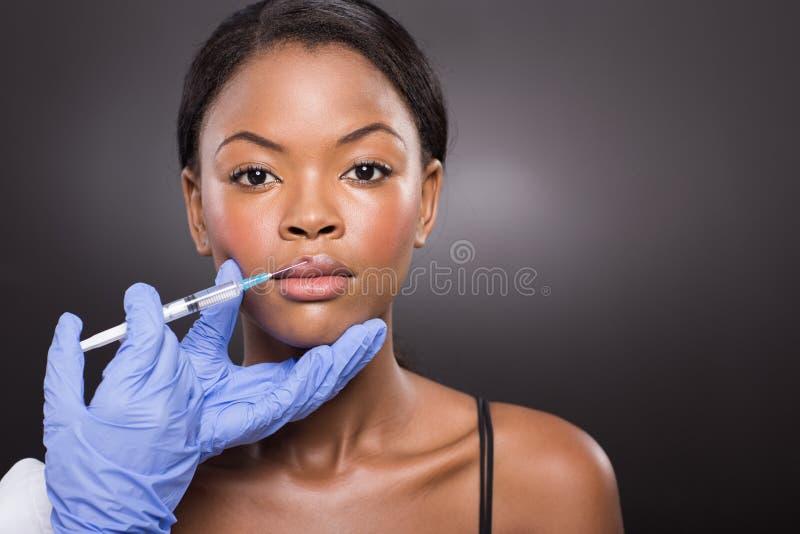 Mulher que recebe a injeção cosmética imagens de stock
