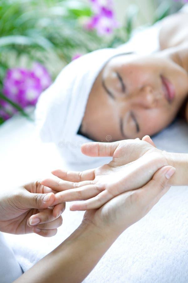 Mulher que recebe a massagem da mão fotografia de stock royalty free