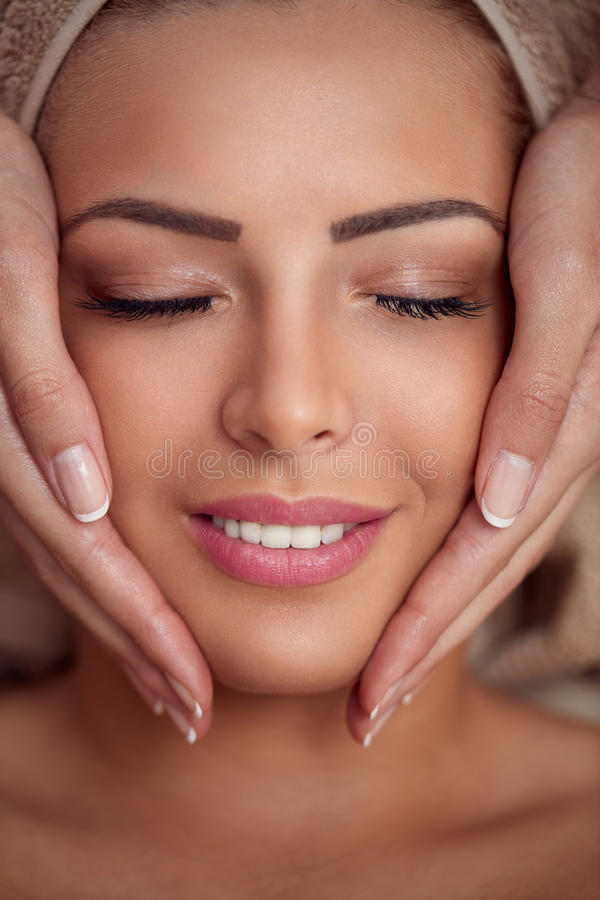 Mulher que recebe a massagem de cara profissional fotos de stock