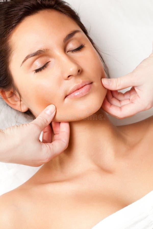 Mulher que recebe a massagem de face fotografia de stock