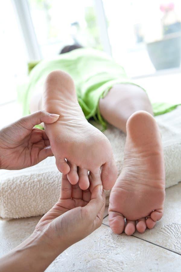Mulher que recebe a massagem do corpo imagens de stock royalty free