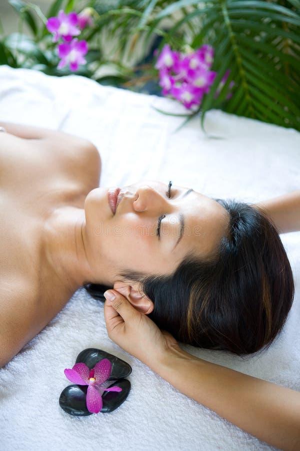 Mulher que recebe a massagem do corpo do terapeuta imagem de stock