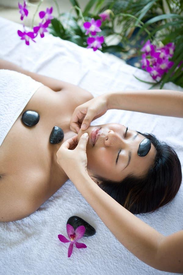 Mulher que recebe a massagem do corpo do terapeuta imagem de stock royalty free
