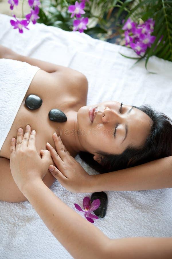 Mulher que recebe a massagem do corpo do terapeuta foto de stock