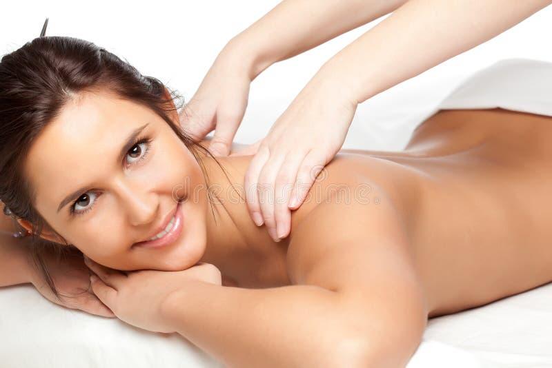 Mulher que recebe a massagem do ombro imagens de stock