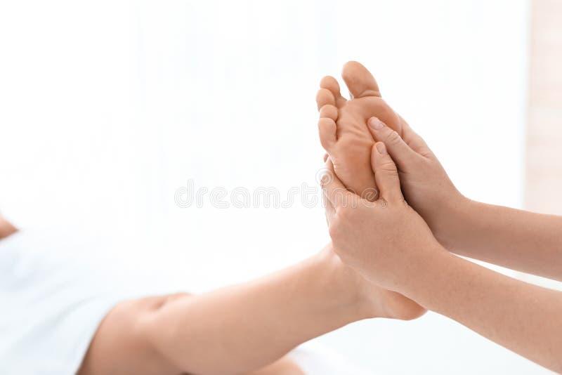 Mulher que recebe a massagem do pé no centro do bem-estar fotos de stock royalty free