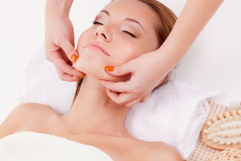 Mulher que recebe a massagem do queixo fotografia de stock royalty free