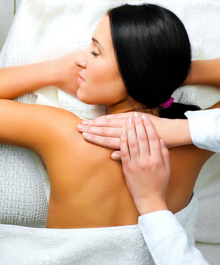 Mulher que recebe a massagem facial foto de stock royalty free
