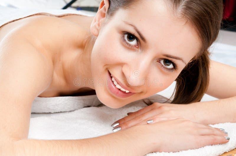 Mulher que recebe a massagem no salão de beleza dos termas fotografia de stock royalty free