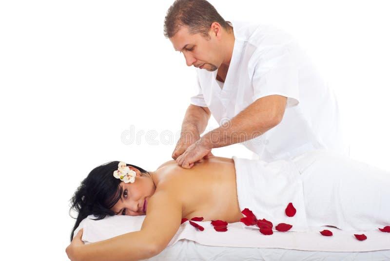 Mulher que recebe a massagem traseira em termas imagem de stock