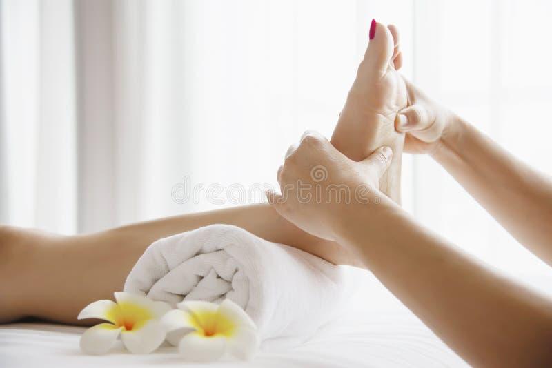 Mulher que recebe o serviço da massagem do pé do fim do massagista acima de à mão e do pé imagens de stock