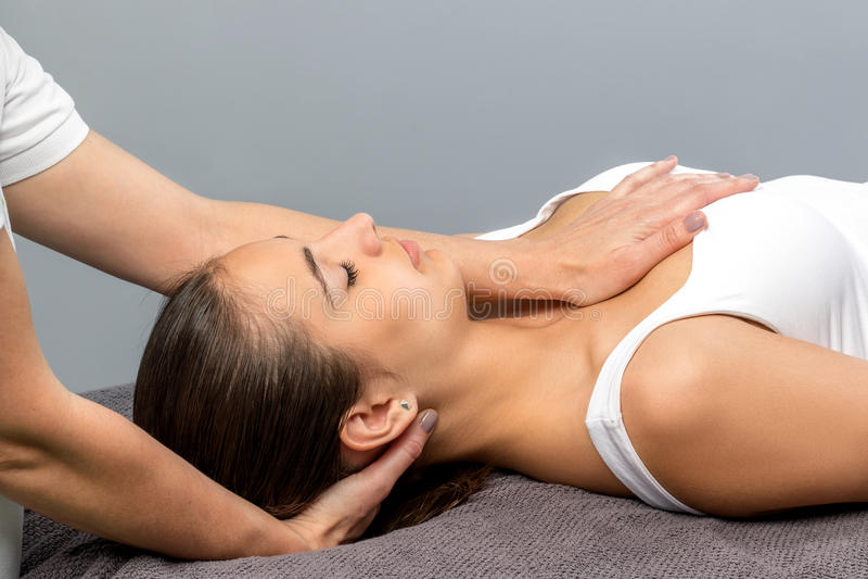 Mulher que recebe o tratamento osteopathic do pescoço imagem de stock royalty free