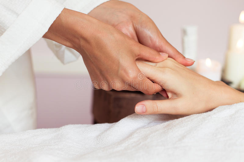 Mulher que recebe uma massagem da mão nos termas da saúde fotografia de stock