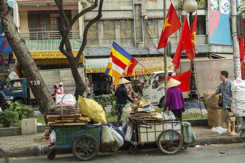 Mulher que recolhe o papel em Ho Chi Minh, Vietname imagem de stock royalty free