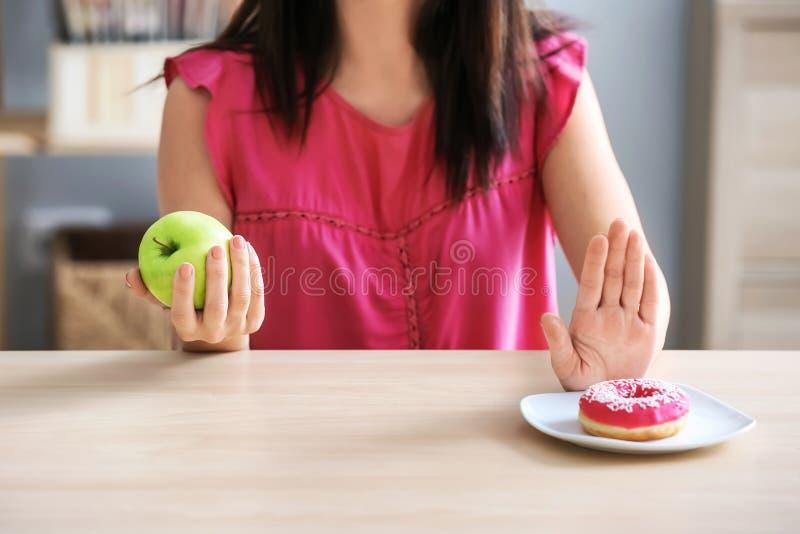 Mulher que recusa comer dentro o alimento insalubre Fa?a dieta o conceito fotografia de stock royalty free
