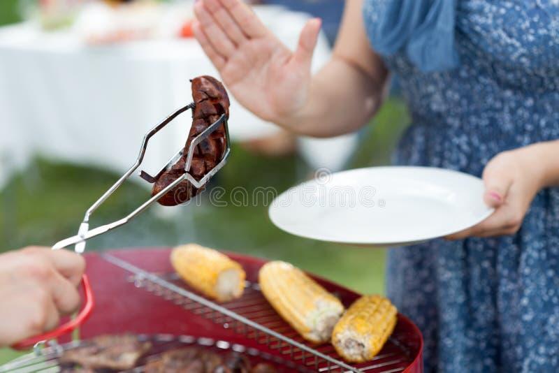 Mulher que recusa a salsicha frazzled fotografia de stock royalty free