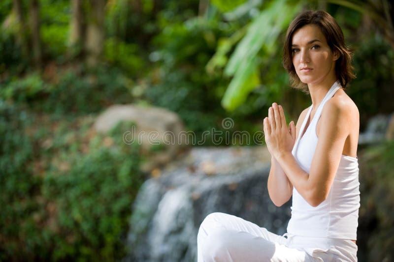 Mulher que relaxa ao ar livre imagens de stock royalty free