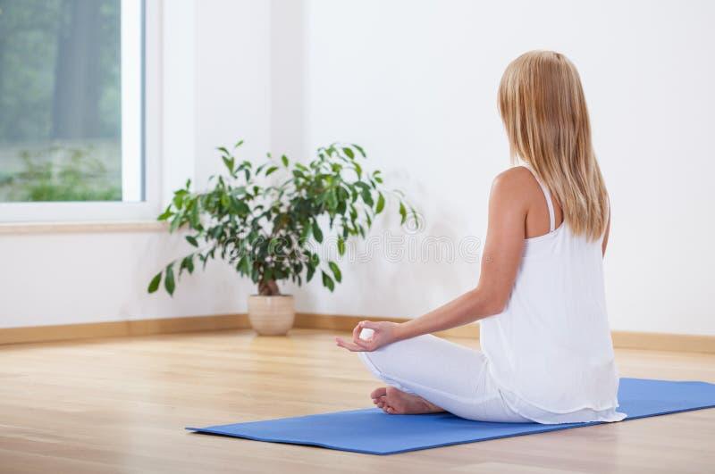 Mulher que relaxa com ioga imagem de stock