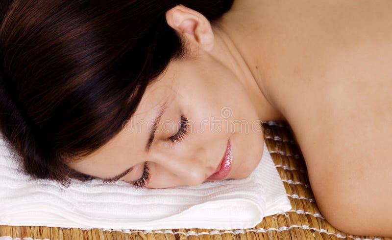 A mulher que relaxa com olhos fechou-se imagens de stock