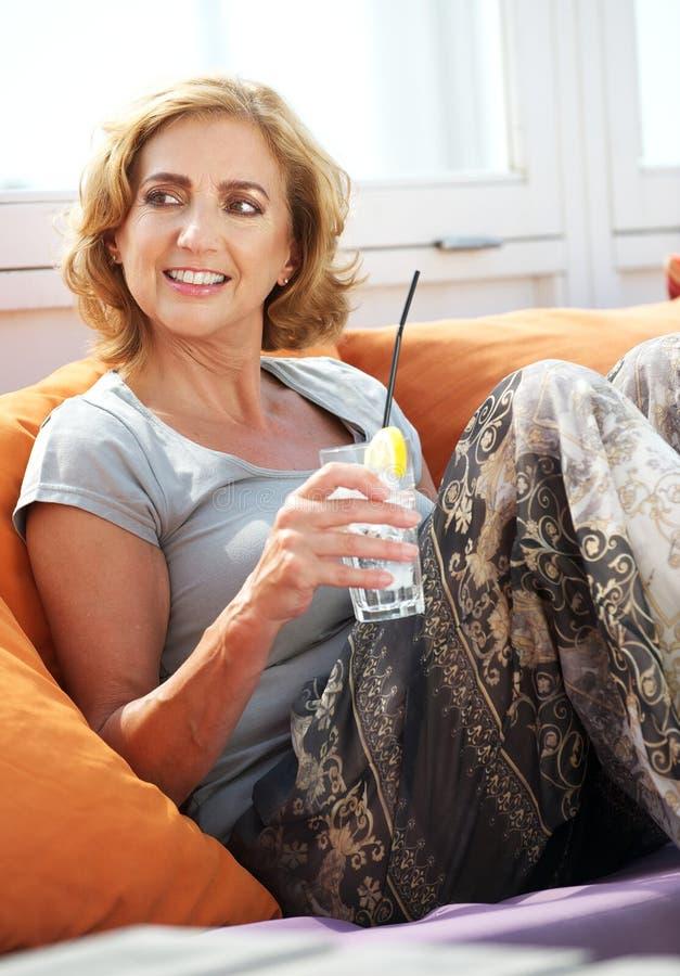 Mulher que relaxa com uma bebida no restaurante foto de stock royalty free
