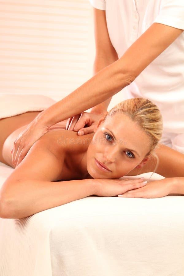 Mulher que relaxa durante a massagem imagens de stock