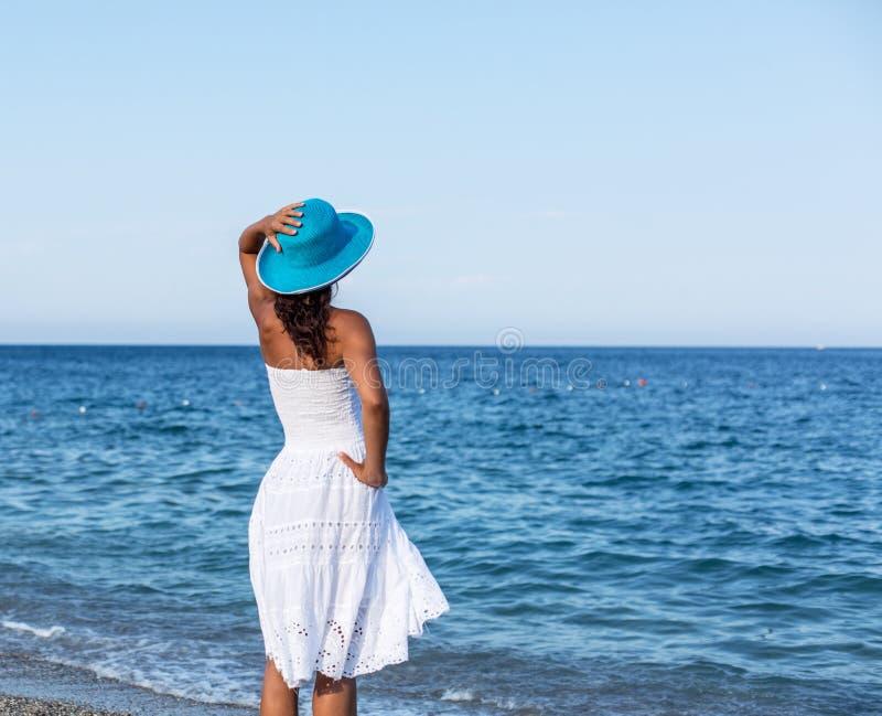 Mulher que relaxa em um beira-mar imagens de stock