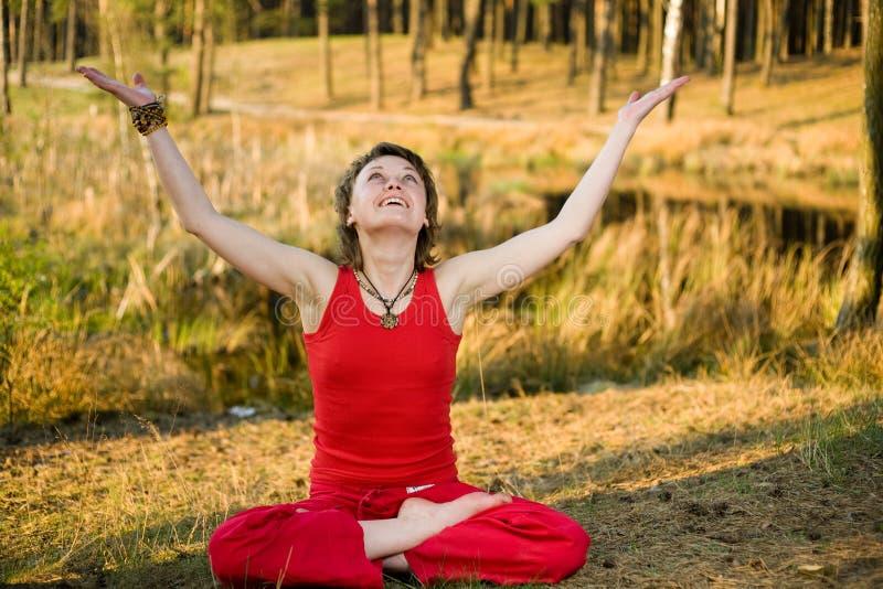 Download Mulher Que Relaxa Na Floresta Foto de Stock - Imagem de espiritualidade, energia: 10050204