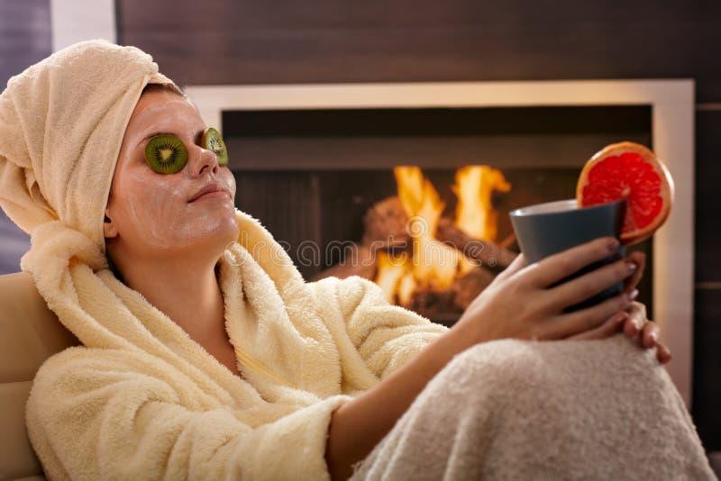 Mulher que relaxa na máscara facial foto de stock royalty free