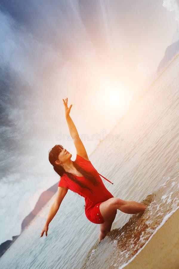 Mulher que relaxa na praia imagens de stock royalty free