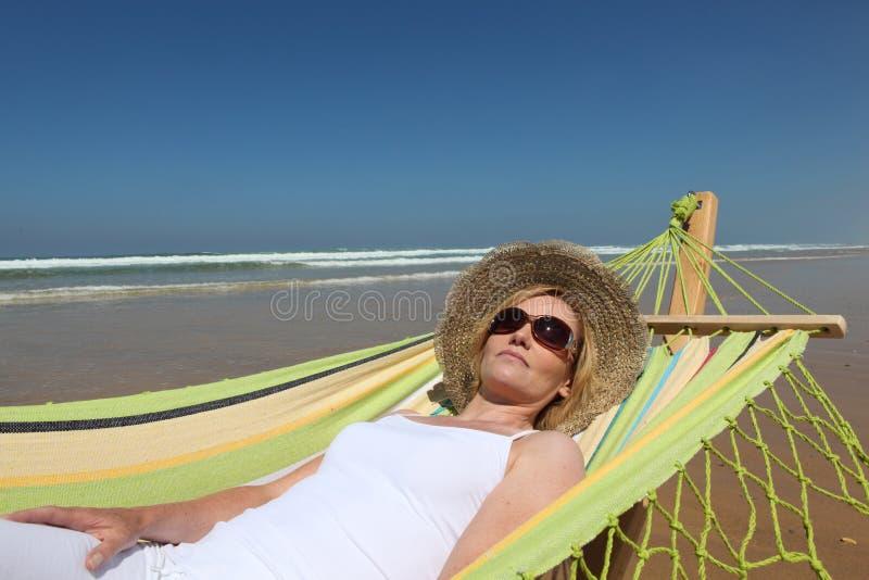 Download Mulher que relaxa na praia imagem de stock. Imagem de oceano - 26504501